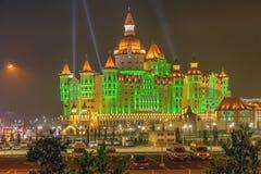 SOTCHI, RUSSIE - 21 FÉVRIER 2014 : Hôtel Bogatyr avec l'illumination de nuit Image stock