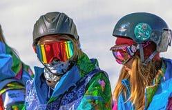 SOTCHI, RUSSIE - 13 FÉVRIER 2014 : Skieurs avec des verres Image libre de droits