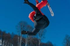 2017 04 Sotchi, Russie, festival NewStarCamp : le skieur saute d'un haut tremplin Image libre de droits