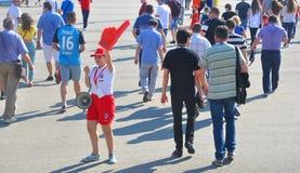 SOTCHI, RUSSIE - 25 JUIN 2017 : Tasse 2017 de confédérations de la FIFA à Sotchi Le volontaire montre le chemin vers le stade photos stock