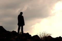 Sothu ung man i bergen Arkivbilder
