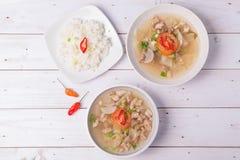 Soto o el coto o la sopa indonesia de la carne de vaca sirvieron con el arroz blanco, el tomate, la soja, y la cebolla verde Imagen de archivo