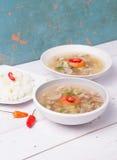 Soto o el coto o la sopa indonesia de la carne de vaca sirvieron con el arroz blanco, el tomate, la soja, y la cebolla verde Fotografía de archivo