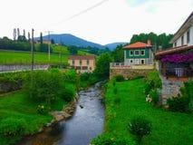 Sotorivier door klein dorp in midden van het gebied voorvechter stock foto