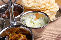 Sottaceti indiani & Pappadoms Immagini Stock
