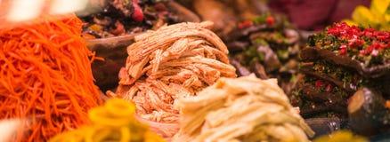 Sottaceti vari sul contatore nel mercato in Soci, Russia Fotografia Stock