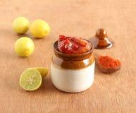 Sottaceto del limone in un barattolo ceramico Immagine Stock