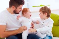 sotthing哭泣的婴儿男婴的家庭 库存照片