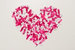 Sotto forma di un cuore Sogni scritti su una carta rotolata di bianco, sognante concetto di ottimismo Desiderio delle note Dispos Immagine Stock