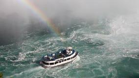 Sotto il cascate del Niagara con una barca e un arcobaleno di giro nella foschia stock footage