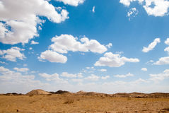 Sotto il cielo blu e la nuvola bianca Mongolia Interna Hunshandake Sandy Land Fotografia Stock