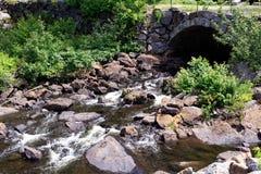 Sotto il fiume di pietra del ponte Immagine Stock