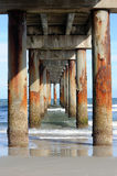 Sotto il pilastro fotografie stock libere da diritti
