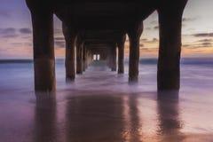 Sotto il pilastro del Manhattan Beach Immagini Stock Libere da Diritti