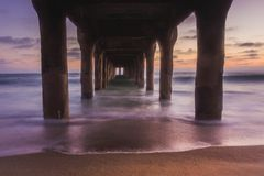 Sotto il pilastro del Manhattan Beach Fotografie Stock
