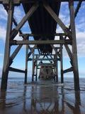 Sotto il pilastro della spiaggia Fotografia Stock