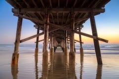 Sotto il pilastro della spiaggia di Newport al tramonto Fotografia Stock Libera da Diritti