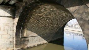 Sotto il ponte del fiume della città stock footage