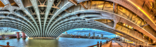 Sotto il ponte di Blackfrairs fotografie stock
