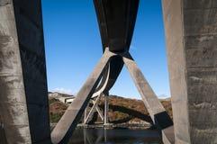 Sotto il ponte di Kylesku immagine stock