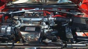 Sotto il retro cappuccio dell'automobile: generatore, motore, filtro dell'aria, batteria stock footage