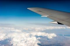 Sotto l'ala, le nuvole, vista dalla finestra Fotografia Stock