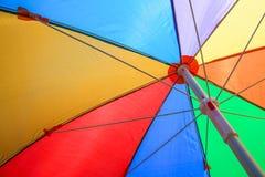 Sotto l'ombrello variopinto fotografia stock libera da diritti