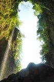 Sotto la cascata Fotografia Stock