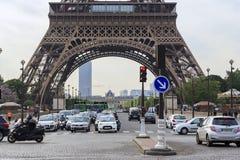 sotto la Torre Eiffel Immagine Stock