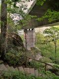 Sotto Linn Cove Viaduct immagine stock