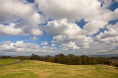 Sotto un cielo nuvoloso fotografia stock
