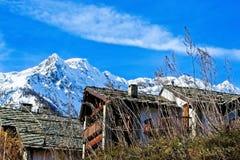 Sotto una montagna nevosa Fotografie Stock Libere da Diritti