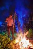 Sottobosco bruciante dell'uomo su fuoco, pulizia stagionale dell'area della campagna, stile di vita del villaggio immagine stock libera da diritti