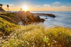 Sottoinsieme alla linea costiera della baia di La Jolla Fotografie Stock