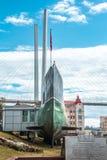 Sottomarino russo sui precedenti del ponte strallato di Vladivostok immagini stock