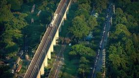 Sottopassaggio che passa l'iarda e la strada del treno fuori della città stock footage