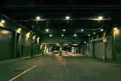 Sottopassaggio del centro scuro e granuloso del tunnel della via della città alla notte Fotografia Stock Libera da Diritti