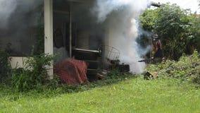 Sottoponga a fumigazione l'zanzara-uccisione a fumigazione video d archivio
