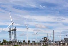 Sottostazione ad alta tensione del pilone di corrente elettrica con l'energia eolica rinnovabile dei generatori eolici Fotografie Stock