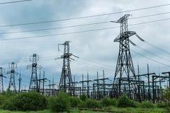 Sottostazione del trasformatore e torre di alta tensione Immagini Stock