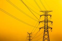Sottostazione e torre del ferro del trasporto di energia di alta tensione Fotografia Stock Libera da Diritti