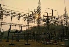 Sottostazione elettrica con i trasformatori fotografia stock libera da diritti