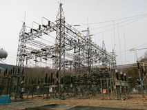 Sottostazione elettrica con i trasformatori Fotografia Stock