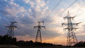 Sottostazione elettrica di distribuzione con le linee elettriche ed i trasformatori, al tramonto fotografie stock