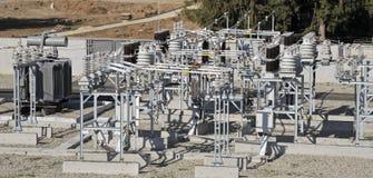 Sottostazione elettrica di potere con le attrezzature ad alta tensione immagine stock libera da diritti