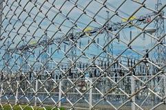 Sottostazione elettrica dietro la rete fissa della catena del collegare Immagini Stock