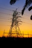 Sottostazione elettrica via il tramonto Fotografie Stock