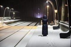 Sottostazione ferroviaria alla notte di inverno Fotografie Stock