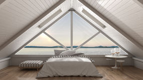 Sottotetto classico del mezzanino con grande panorama del mare e della finestra, camera da letto Fotografie Stock