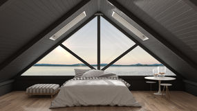 Sottotetto classico del mezzanino con grande panorama del mare e della finestra, camera da letto Fotografia Stock Libera da Diritti